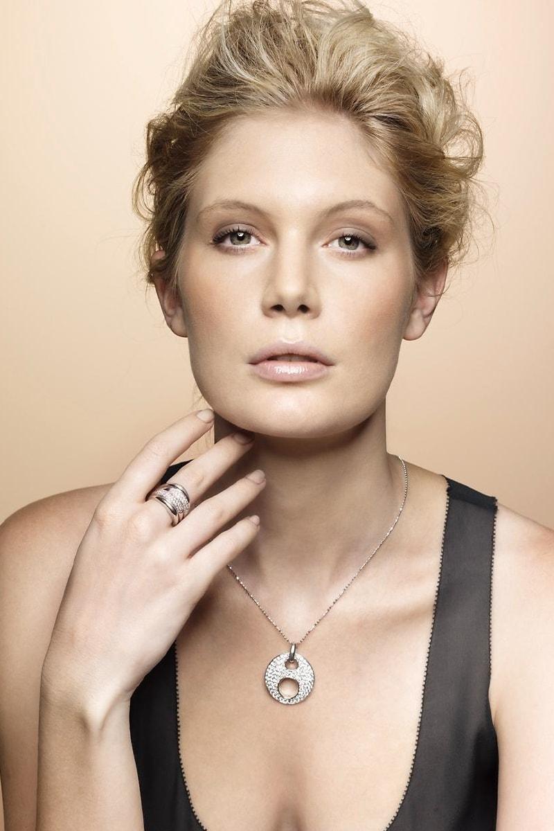 Attraktive Dame trägt modische Halskette von Celesta Schmuck