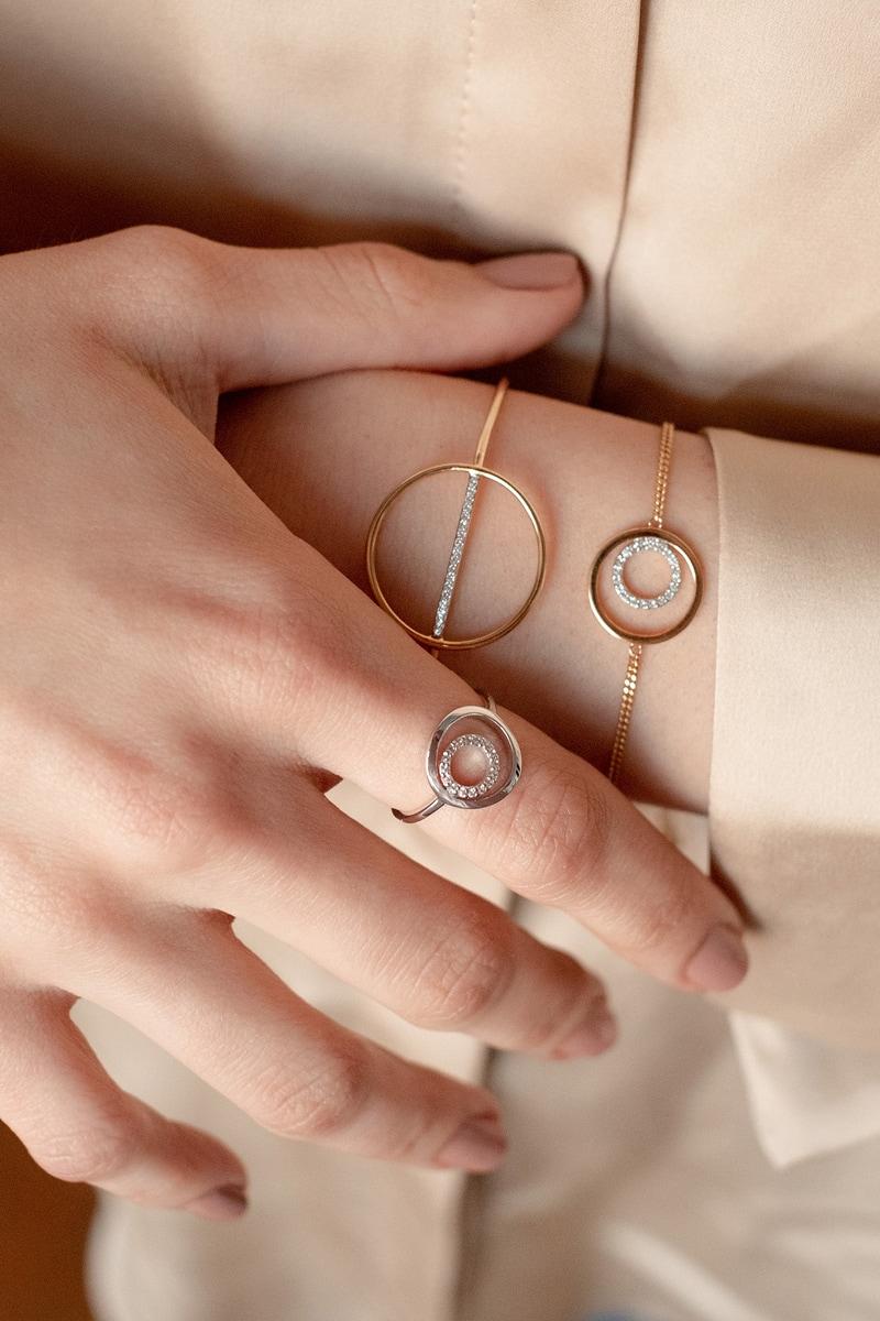 Frau mit Ringen und Kette aus eigener Schmuckmarke