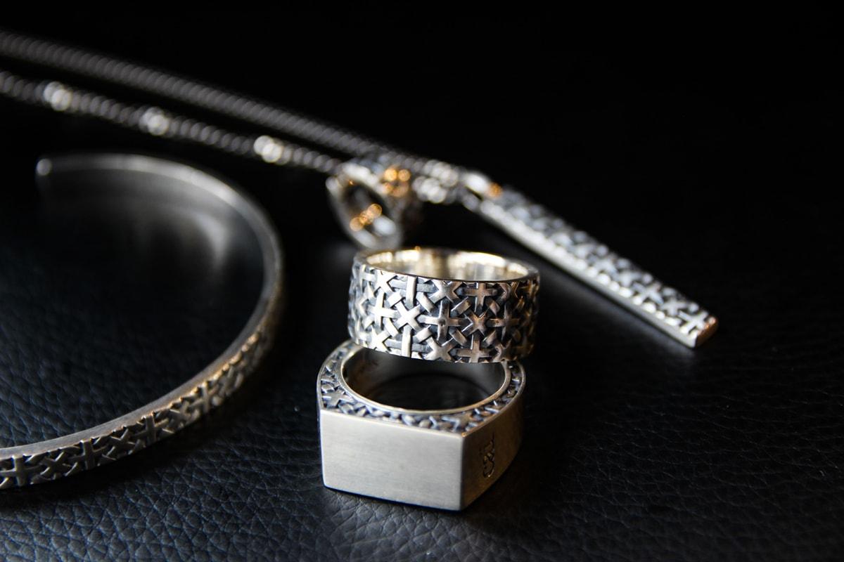 Ringe und Armreif als Symbol für Herrenschmuck