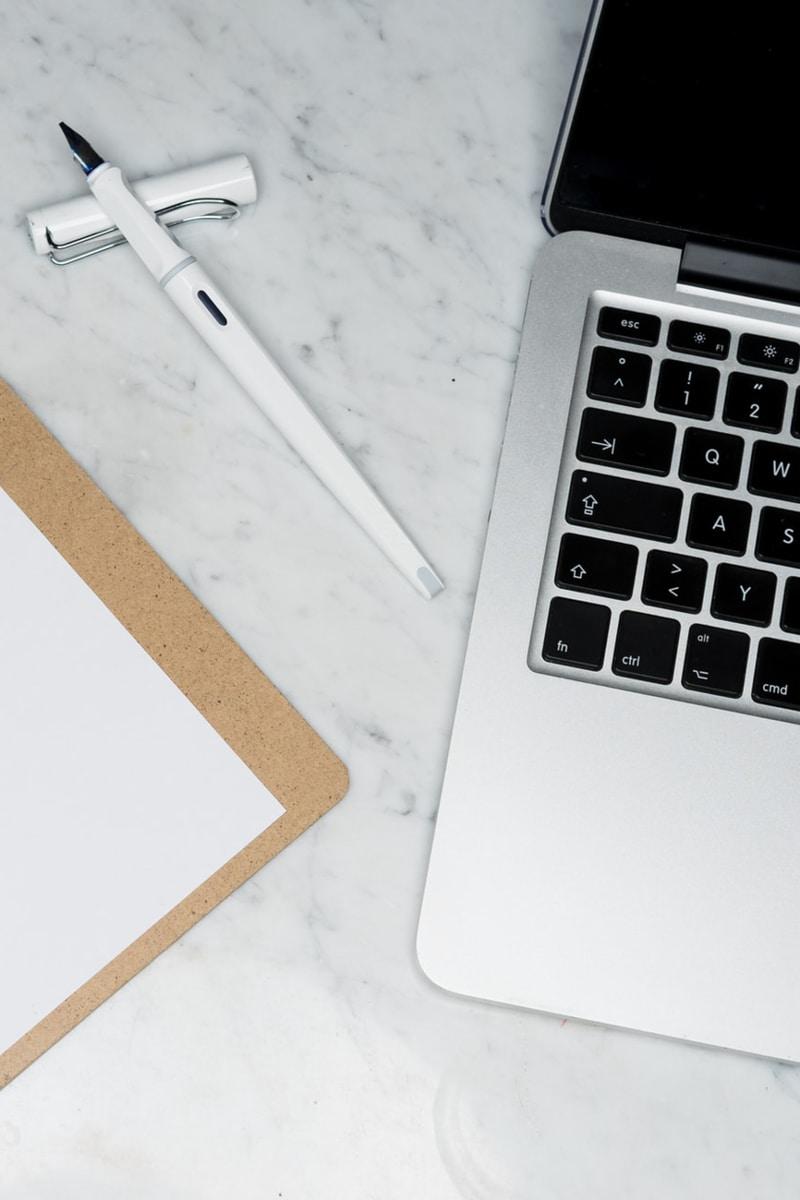 Stift, Notebook und Unterlagen für Bewerbungen