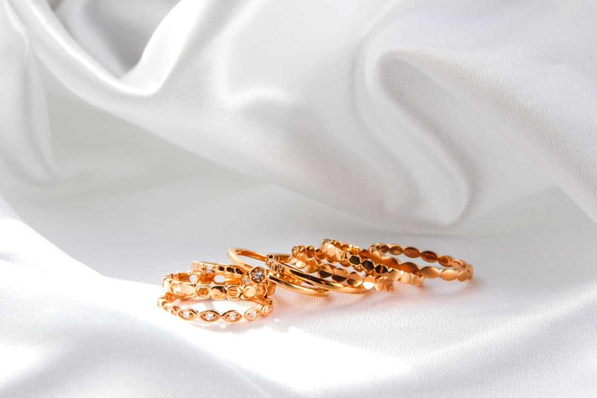 Ringe auf weißem Stoff als Symbol für den Online Schmuck Lieferant