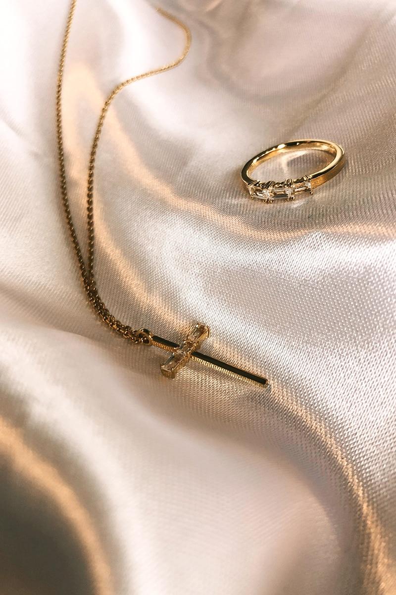 Kreuz an Kette und Ring aus eigener Schmuckkollektion