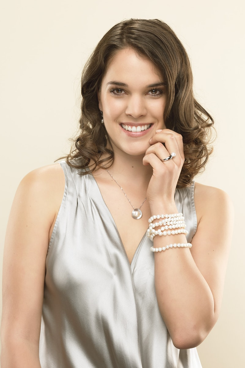 Model mit modischem Perlenarmband